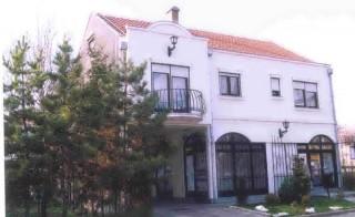 Apartmani smeštaj, Sremska Mitrovica, Apartmani su smesteni u samom centru grada, u ulici Kralja Petra I br. 84, izolovani od gradske buke.
