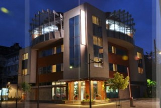 Hoteli smeštaj, Kraljevo, Hotel BOTIKA se nalazi u naselju Mosa Pijade 1/A. Na svega 300 metara od centra grada, ali istovremeno zaštićen zelenilom  parka, predstavlja mesto p