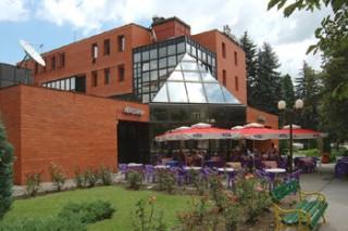 Hoteli smeštaj, Bajina Bašta, Hotel se nalazi u centru Bajine Baste, uz sportsko rekreativni centar i u neposrednoj blizini NP Tara, manastira Raca, reke Drine i jezera Perucac.