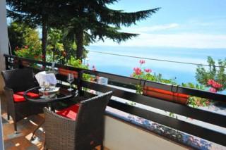 Hotel Dva bisera, Ohrid, Hotel Dva Bisera nalazi se na 8 kilometara od drevnog grada Ohrida, u Lagadinu, na obali Ohridskog jezera