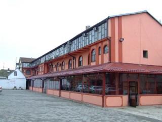 Hoteli smeštaj, Šabac, Hotel se nalazi u sklopu poslovnog centra, u sirem centru grada, ulica Milosa Pocerca br. 11.