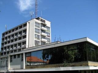 Hoteli smeštaj, Sremska Mitrovica, Hotel je smesten u samom centru Sremske Mitrovice, u ulici Vuka Karadzica br. 8.