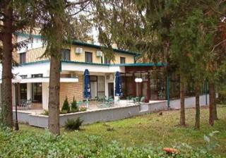 Moteli smeštaj, Bačka Palanka, Motel POLOJ je udaljen 5 km od Bačke Palanke i 34 km od Novog Sada.  Nalazi se na magistralnom putu Novi Sad - Bačka Palanka - granični prelaz Ilok (H