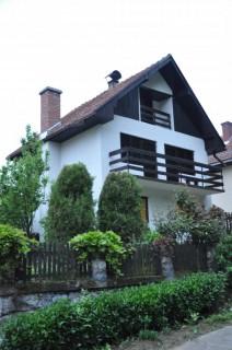 Apartmani smeštaj, Donji Milanovac, Kuća za odmor Starčević nalazi se u centru Donjeg Milanovca, u blizini hotela Lepenski Vir.