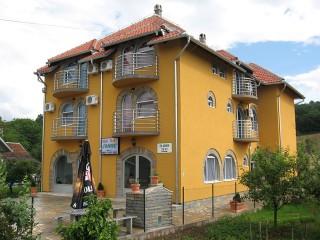 Vile smeštaj, Banja Vrujci, Vila IVANOVIC se nalazi nedaleko od centra banje Vrujci, na nadmorskoj visini od 186m.