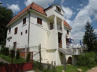 Vile smeštaj, Banja Vrujci, Vila NOVOSADjANKA je udaljena samo 100m od banjskih izvora i hotelskih bazena.